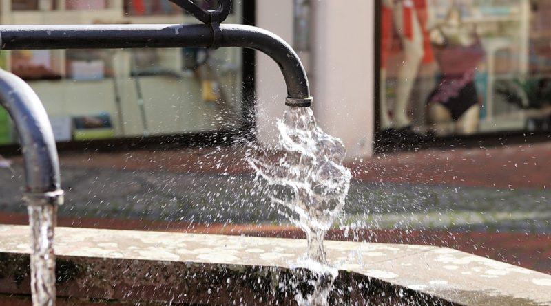 Voda za poslední léta zdražila o stovky procent. Jak s ní šetřit?